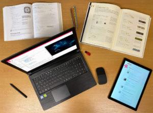 JavaScript - Laptop und Tablet mit 2 Büchern